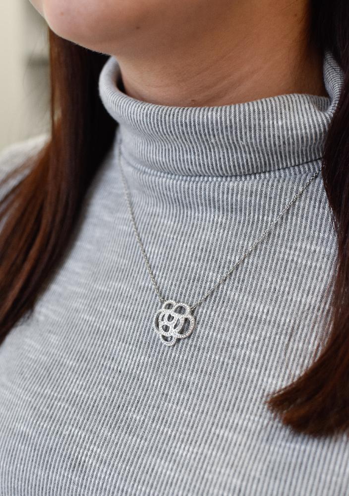 Stříbrný náhrdelník s krystaly Swarovski bílá kytička 72010.1